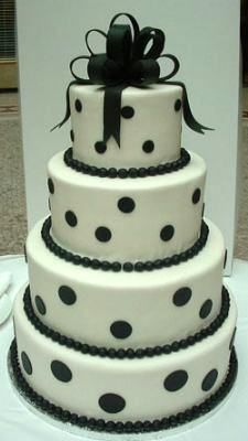 Torta de boda blanca con lunares negros