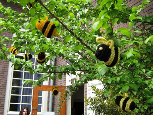 Abejitas que no picanYarns Bombs Or Yarns, Bees Bombs, Bombs Or Yarns Graffiti, Urban Knits, Street Art, Yarnbombing, Crochetknit Art, Knits Crochet Yarns, Yarns Bees