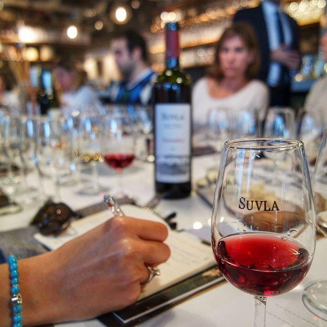 Haftasonu güzel bir şarap tadımı etkinliğindeydim ✔Sevgili arkadaşım(baya resmi oldu) @beyazyakaligurme nin moderatörlüğünde; Suvla, Turasan, Umurbey, Barel ve Küp Şaraplarını deneyimledik Duyularımıza ve damağımıza hitap eden bu güzel etkinlikle ilgili notlar alıp şaraplar hakkında bilgi sahibi olduk. #suvla #suvlawines #gezmelerdeyim