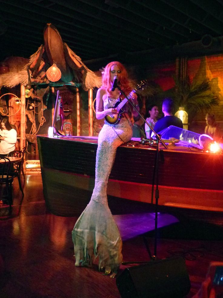 https://flic.kr/p/NPyA5S | Mermaid serenade at Pacific Seas | Read more on The Tiki Chick's blog: thetikichick.com/2016/11/11/pacific-seas-tiki-bar-clifton...