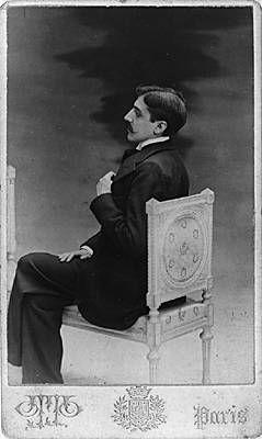 (3) -  En 1895, il entreprend la rédaction d'un roman autobiographique, Jean Santeuil (posthume, 1952), puis publie un recueil de nouvelles, d'essais et de vers, les Plaisirs et les Jours (1896), accompagné d'une préface d'Anatole France. Sa vie oisive se partage alors entre les plaisirs du monde, la lecture et l'écriture. Admirateur du critique d'art et sociologue anglais John Ruskin, il traduit plusieurs de ses œuvres dont la Bible d'Amiens, en 1903, et Sésame et les Lys, en 1906.