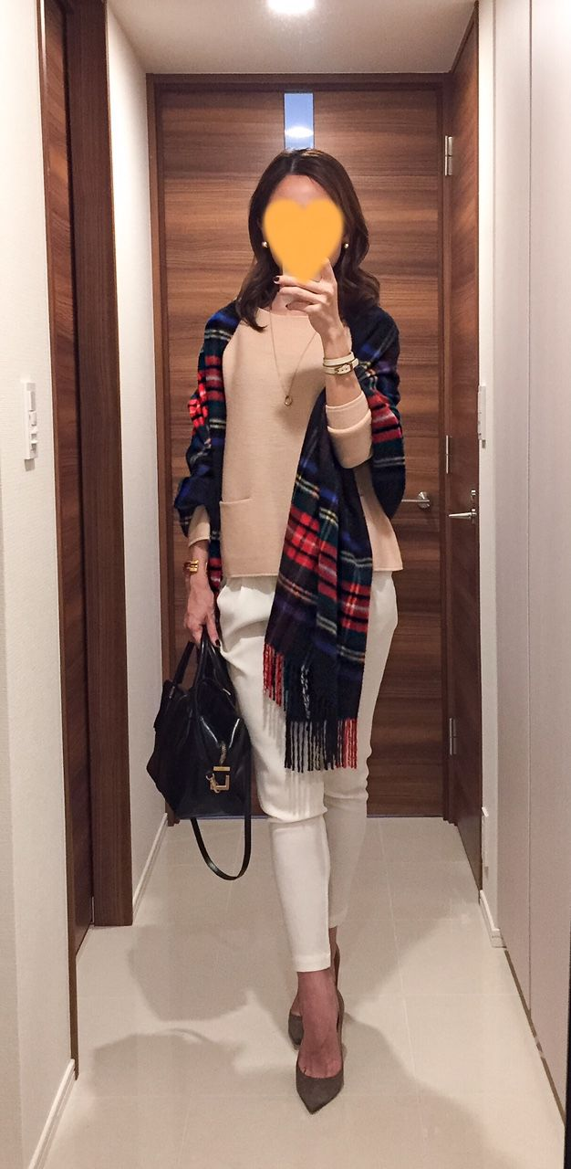 Pink sweater: COS, White pants: Des Pres, Scarf: Johnstones, Bag: Tod's, Beige pumps: Jimmy Choo