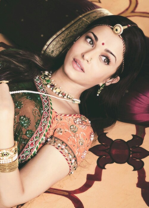 Aishwarya in Jodha Akbar, she always looked great in Indian jewellery. The traditional borla gives great symmetry to her face. Shop for mangtikkas and your wedding jewellery with Bridelan - a personal shopper & stylist for weddings. Website www.bridelan.com #Bridelan #mangtikka
