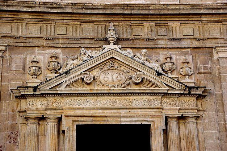 El lugar escogido fue la entonces llamada nave de Nuestra Señora de la Granada, en el ala oeste del actual Patio de los Naranjos, para lo que fue preciso derribar los restos que allí existían de la antigua Mezquita Mayor y diferentes capillas cristianas, así como la portada plateresca del Sagrario viejo realizada en mármol blanco.