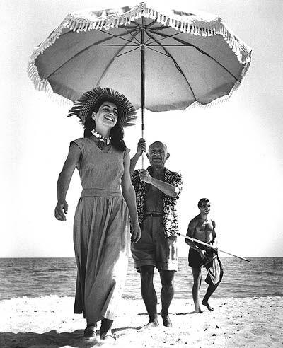 Robert Capa. Pablo Picasso et Françoise Gilot (en arrière-plan, le neveu de Picasso Javier Vicaro), Golfe-Juan (1948)