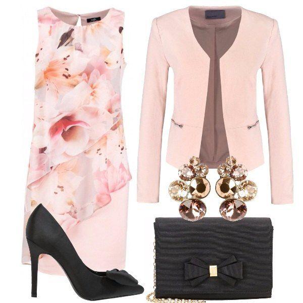 Vestito senza maniche con scollo tondo fantasia floreale, giacchina rosa con taschine con zip, décolleté in tessuto nere con tacco a spillo e fiocco, pochette nera con fiocco che riprende le scarpe, orecchini rosa brillanti per illuminare il look.