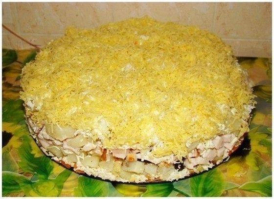 Cлоеный салат с копченной курицей, черносливом и сыром