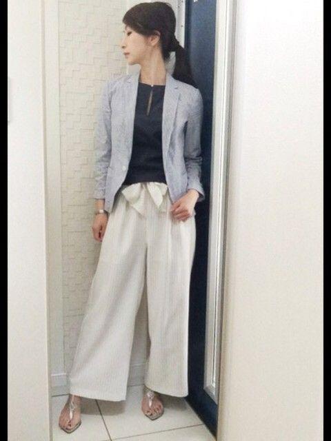 白のワイドなパンツスーツは涼しげでカジュアルに着れる!40代アラフォー女性のパンツスーツのコーデ♪