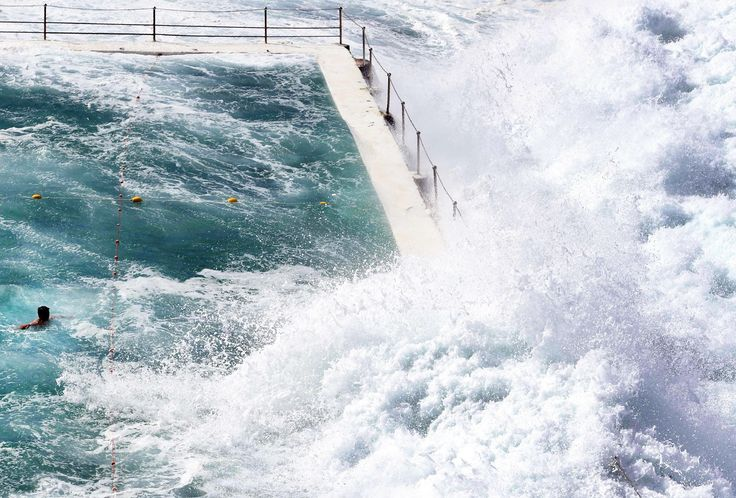Фото дня —06.03.2017 |Esquire  Волны океана разбиваются о бортик бассейна на пляже Bondi Beach в Сиднее.
