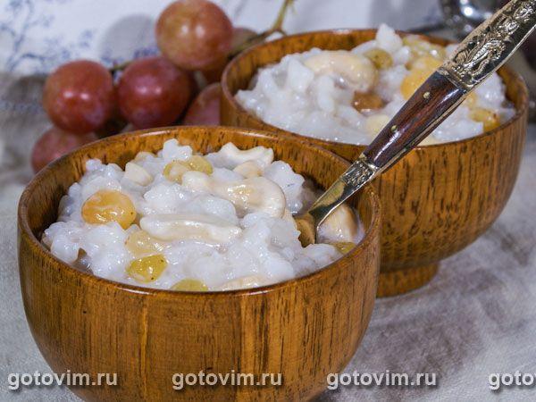 Для рисового десерта  нужен клейкий японский рис или любой рис, который хорошо разваривается. Готовится десерт в 2 этапа: сначала рис замачивают или отваривают до полуготовности, затем - варят или запекают с кокосовым молоком и орехами. Для запекания
