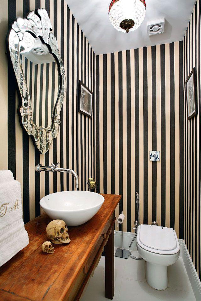 Ideias criativas para decorar sua casa. Com apenas 3m², os destaques deste ambiente ficam por conta do espelho trabalhado, do antigo móvel de madeira maciça da cliente, que virou apoio para cuba, e da aplicação do papel de parede vinílico.