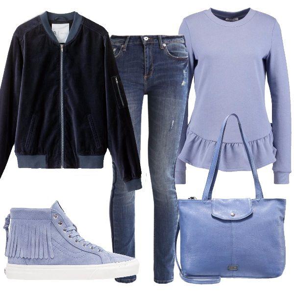 Questo outfit è composto quasi esclusivamente da capi in una raffinata tonalità di celeste polvere. La felpa con le ruches, le sneakers con le frange e la shopper sono abbinate ad un jeans e ad un bomber in velluto blu.