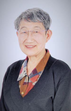 ゲスト◇米田 佐代子(Sayoko Yoneda)東京生まれ。東京都立大学人文学部(史学専攻)卒業後、同大学助手、千葉大学・専修大学・一橋大学等の講師を経て山梨県立女子短期大学教授、2000年3月定年退職。専攻は日本近現代女性史。平塚らいてうを中心に近代日本の女性運動と女性思想を研究、女性学、ジェンダー論、男女共同参画問題等でも発言。授業では、「歩く歴史学」と名づけて学生と広島・沖縄・韓国(ナヌムの家)、アウシュビッツなどを訪問。実生活では、共働きで二人の子を育て、保育運動・学童保育運動・PTA活動・親子読書会や、高齢者施設のボランティアにも参加。現在は、総合女性史研究会代表をつとめる傍ら、「NPO平塚らいてうの会」会長と、2006年に長野県あずまや高原に完成した「らいてうの家」館長として、東京と長野を行き来している。