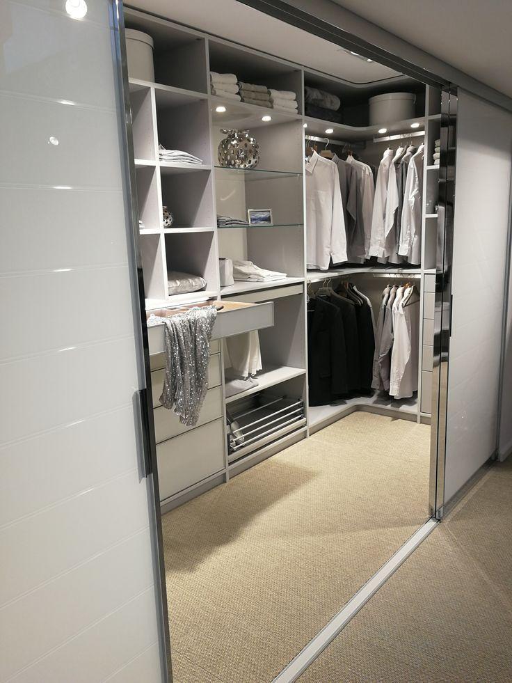 Begehbarer Kleiderschrank Begehbarer Kleiderschrank Ein Mix Aus Weiss Und Grau Von Cab Begehbarer Kleiderschrank Kleiderschrank Fur Dachschrage Kleiderschrank