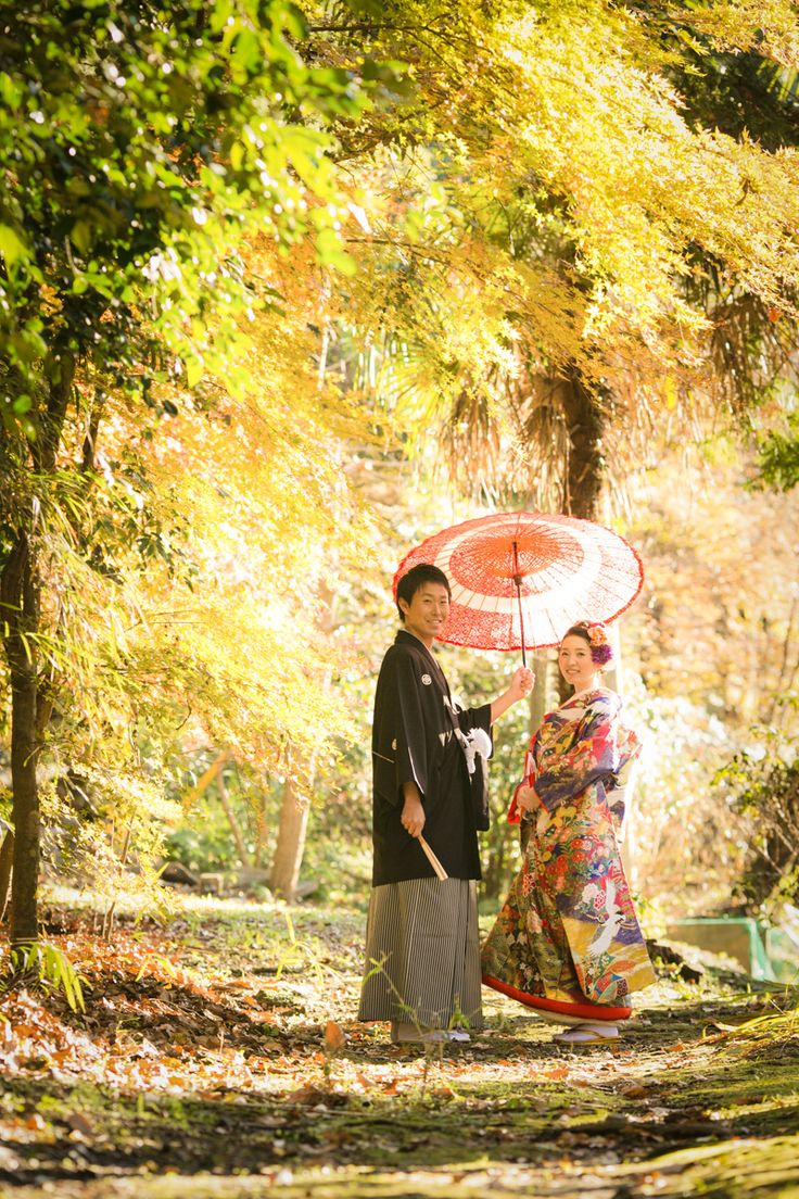 Kimonos de mariage. Noir et gris pour monsieur, à décor de paysage et hérons pour madame.