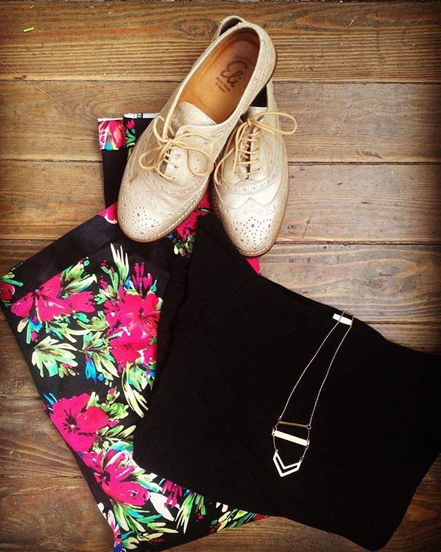 #ootd Bloemen broek van Darling Clothes - Zwart topje boothals van H&M - gouden mocassins van Eli afgewerkt met lange halsketting van Floks ... Mooie combinatie van zwart/ goud en bloemen! #madamesheshe #darlingclothes #hm #kidsshoes_lhistoiredeceleste - ready To rock this Day! 👊
