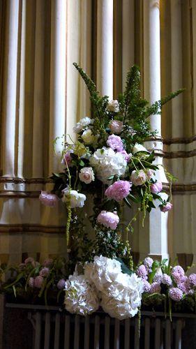 Arreglo floral para las columnas de la Iglesia, con hortensias, jacintos, peonías y rosas | Bourguignon Floristas