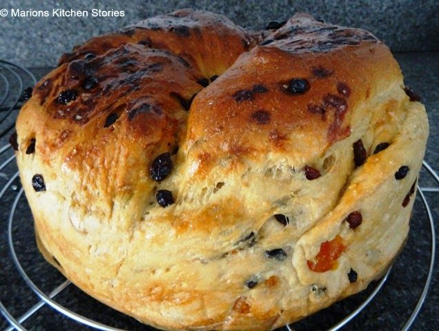Marions Kitchen Stories & Thuis brood bakken: Rozijnenbrood met karnemelk en amandel