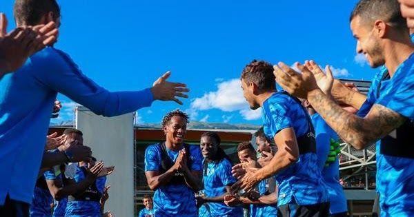 لاعبو الهلال يستقبلون كاريلو باحتفالية خاصة شارك البيروفي أندري كاريلو لاعب فريق الهلال الأول لكرة القدم بتدريبات الفريق اليوم الجماعية في Concert