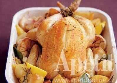 Pomalé pečení zajistí masu vláčnost a šťavnatost, brambory v pekáči také nasáknou báječnou šťávou.