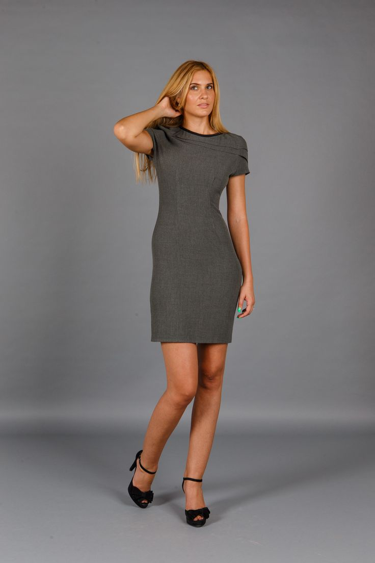 Rochie midi Grey Moment este realizata dintr-o stofa de calitate, cu crapatura…