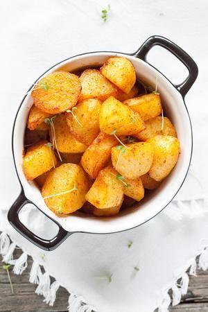 Bekijk de foto van ohmydish met als titel GEROOSTERDE AARDAPPELEN  Vind jij aardappelen ook zo lekker? Maak deze geroosterde aardappelen in de oven om lekker krokante aardappelen met een zachte binnenkant te bakken.  Recept onder de knop BRON en andere inspirerende plaatjes op Welke.nl.