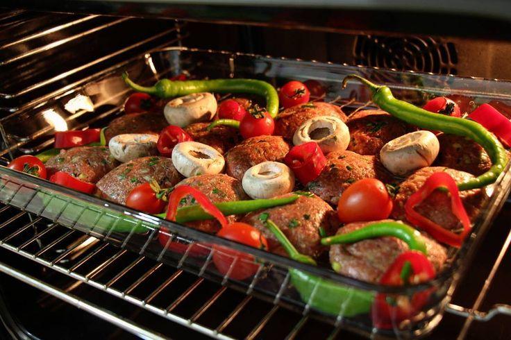 EZDİRME KÖFTE Malzemeler : 🌶1 kg kıyma (yarısı dana gulaş, yarısı da dana rulo kaburgadan hazırlatabilirsiniz) 🌶2 çorba kaşığı köftelik ince bulgur (daha fazla eklemeyin, pişerken dağılır ve köfte özelliğini kaybeder) 🌶3-4 diş sarımsak (ezilmiş) 🌶 2 adet orta boy kurusoğan (çok minik doğranmış) 🌶5-6 tane taze soğan 🌶yarım demet maydanoz (ince kıyım) 🌶 1tatlı kaşığı biber salçası 🌶Tuz, karabiber, kimyon 🌶1-2 tatlı kaşığı tereyağı veya sıvıyağ Yapılışı :