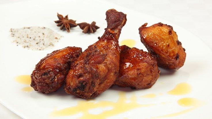 Ricetta Pollo fritto in stile cinese: Riunite in una ciotola capiente i pezzi di pollo, le cipolle, lo zenzero, l'anice, la salsa di soia, la farina di grano e i bianchi d'uovo. Mecolate il tutto affinché il pollo sia completamente ricoperto dal condimento. Lasciate marinare...