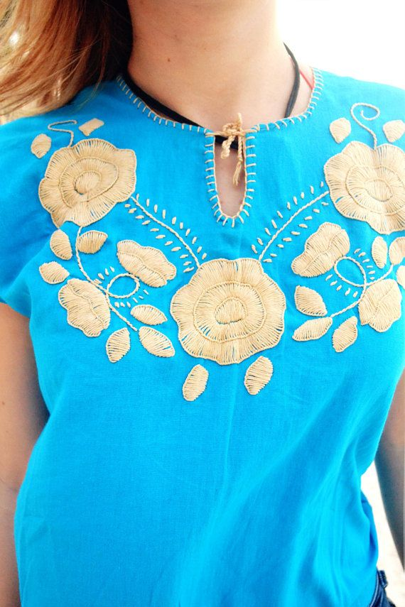 Blusa Mexicana Color Azul Bordada a Mano / Diseño por FlorDeKahlo