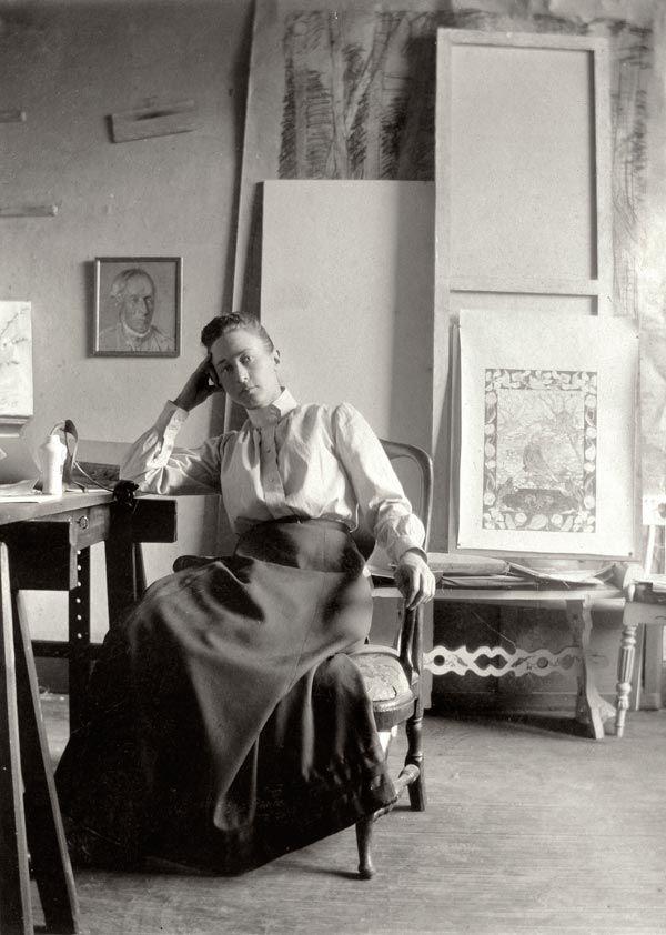 Hilma af Klint im Atelier, ca. 1895. Hilma af Klint's archives; © Stiftelsen Hilma af Klints Verk