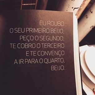 Trecho do livro #UmSorrisoOuDois especial para o dia do beeeeijo! Gosto dessa minha frase, acho ela charmosa, brincada, não sei, tenho um carinho especial por ela. #ahamyeahaham #beijabeijatacalortacalor #beijonabocaecoisadopassado