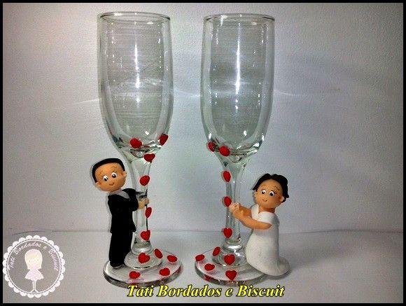 Taças Nadir Figueredo, com noivinhos em biscuit, <br>pode ser usada como lembrancinha para convidados ou padrinhos,