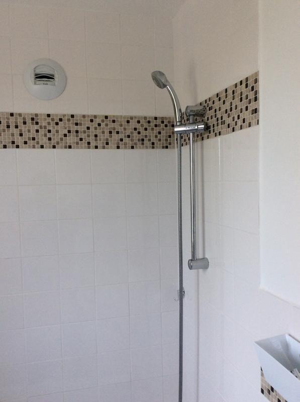 """""""Ça fait 2 mois que j'ai refaite ma salle de bain. Je suis ravie du resultat et en plus facile à poser et à couper. Très beau rendu, ça valorise vraiment une salle de bain. On se rend pas compte qu'il s'agit d'un autocollant."""" Modèle: Minimo Cantera. http://www.thesmarttiles.com/fr_fr/minimo-cantera/ #LesAvisDisentTout"""