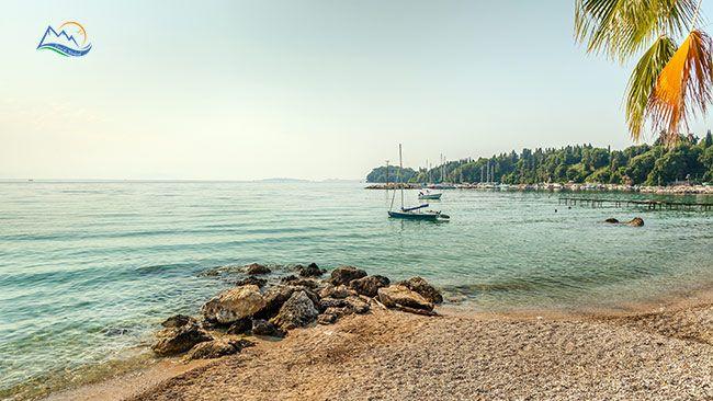 Pe coasta de nord-est a insulei, imediat dupa Corfu Town, statiuni superbe sunt insiruite una dupa alta, intr-un peisaj de vis, la poalele Pantokratorului care se intinde pana la Marea Ionica. Printre ele, cu o superba priveliste spre coasta Albaniei...
