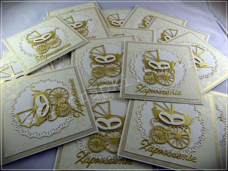 Ślub & chrzest za jednym zamachem w kolorze ecru i złota. Zaproszenia z wózkiem i obrączkami świetnie scalają obie uroczystości w jedną całość. Bez odstających dodatków, aby zaproszenie można było przesłać w kopercie. Papiery z Argo Galeria Papieru złoty, ecru i ecru z nadrukiem złotych liści. Ślub & chrzest