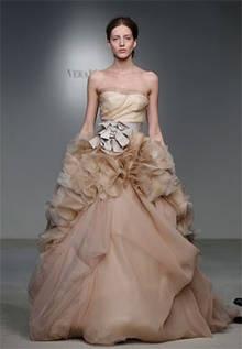 De la firma Vera Wang este vestido sorprende por su tono tierra y por sus metros de tela, además de su juego de texturas y volumen