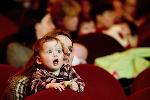 Criança pequena tem que pagar ingresso de cinema?