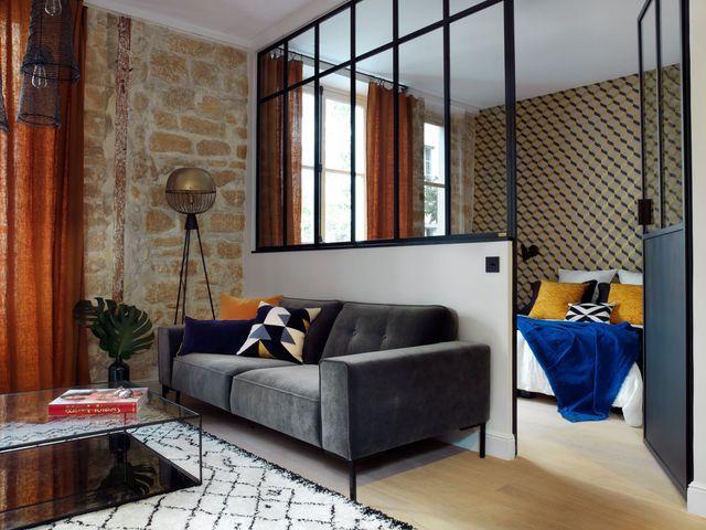 Confort et élégance dans ce 2 pièces parisien rénové par la décoratrice d'intérieur Maureen Karsenty. La cloison avec verrière délimite les espaces sans toutefois casser la vue, offrant une belle perspective et des apports de lumière.
