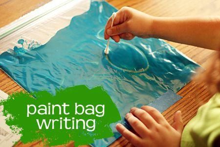Dibujar o escribir en una bolsa cerrada con pintura en su interior. Puedes utilizar un rotulador con tapa para escribir.