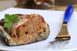 Gli involtini di zucchine ripieni di prosciutto cotto e mozzarella sono un'alternativa al classico secondo piatto di carne o di pesce. Davvero irresistibili