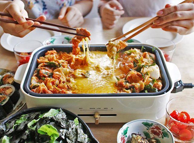 コチジャンをベースにした甘辛なタッカルビを、トロ~リとろけたチーズに絡めて。韓国料理「チーズタッカルビ」は、みんなで取り分けてワイワイ食べるのが楽しいですね♪ ・ ・ ・ #チーズタッカルビ #タッカルビ #肉料理 #焼肉 #鶏肉 #肉 #野菜 #韓国料理 #コチジャン #チーズ #ホットプレート #ホームパーティー #おうちごはん #ごちそうさまでした #クッキングラム #デリスタグラマー #インスタフード #イオン #AEON #cheesedakgalbi #dakgalbi #cheese #chicken #instafood #foodstagram #yummy