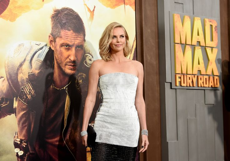 Charlize Theron kaal?! Ja, het is echt zo. De 39-jarige actrice (Monster, Snow White and the Huntsman) scheerde haar lange, blonde haren af voor haar rol in de film Mad Max: Fury Road.