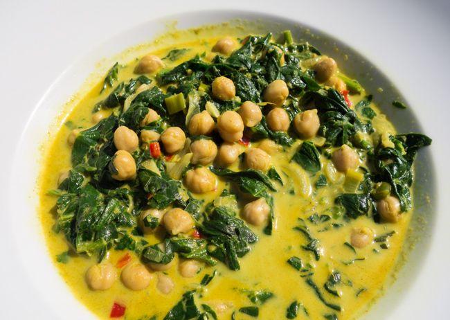 Vegan, vollwertig, exotisch - Zeit: 30 Min. - Schwierigkeit: leicht Zugegeben, mein Spinat-Kichererbsen-Curry ist kein traditionelles indisches Gericht. Ich verwende dafür Currypulver, das auf die britische Kolonialzeit im 18. Jahrhundert zurückgeht und den indischen Masalas nachempfunden ist. In Indien ist Currypulver aber kaum bekannt. Wer es authentischer mag, nimmt stattdessen zum Beisp ...
