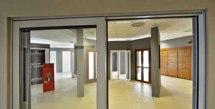 Porte da interni, porte finestre e portoni da garage in questa foto dello Showroom Atres Living di Varese dedicato a porte, finestre ed accessori per gli infissi.