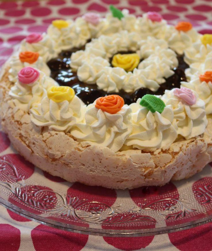Min islanskkake er uten sjokolade, ellers er den ganske lik originalen. Islandskake: Kaken: 4 eggehviter 2 dl sukker 2 dl kokos 1 ss maisenna (eller potetmel) (vist du vil lage den ekte islandskake…