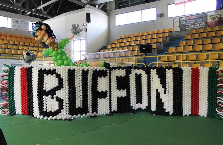 Un muro di palloncini per Buffon - Balloon Wall for Buffon