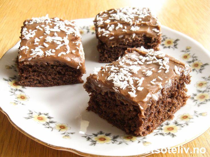"""Skjønt navn, ikke sant...:-) Du kjenner kanskje igjen kaken som svenskenes """"Kärleksmums"""" (se oppskrift på detsoteliv.no). Her har du den samme kakeoppskriften med amerikansk tittel og tilpasset stor langpanne. Perfekt oppskrift på klassisk myk og deilig sjokoladekake!"""