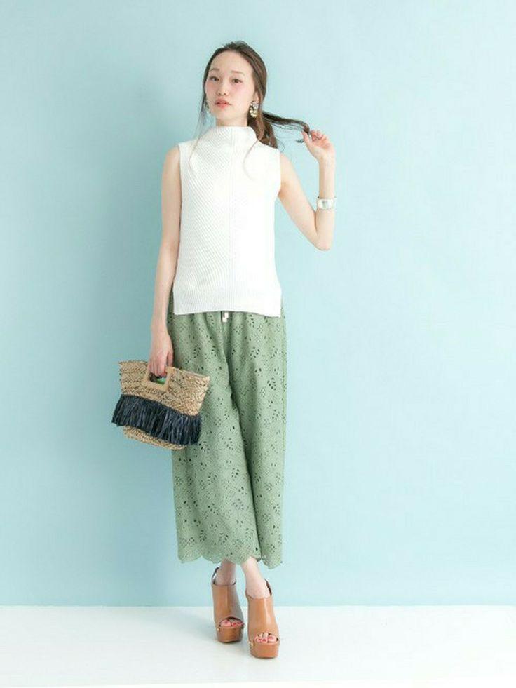 白ニットベストとグリーンのパンツでリゾート風夏コーデ♡ニットベストのモテコーデ♡トレンド・人気・おすすめのニットベスト一覧♪