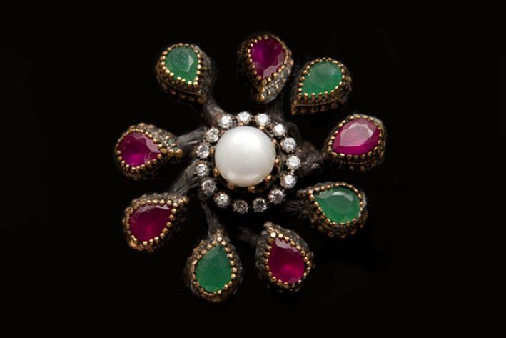 Anello in bronzo e argento, con perla di Faux, onice verde, quarzo rosa. Prezzo: 195 sterline