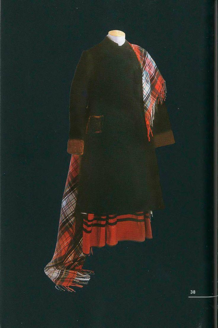 Зимний девичий костюм. Состоит из суконной шубки, меховой зимней шапки, сарафана, нескольких рубах, нижних юбок и шерстяных чулок. Кроме того, в комплект входили одна или несколько шалей, шелковые ярко-красные платки шейные и нагрудные украшения. Шубка XIX век. Архангельская губерния
